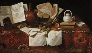 Stilleven met boeken en andere voorwerpen op een tafel met oosters tafelkleed