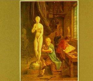 Een beeldhouwers werkend in zijn atelier