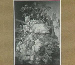 Stilleven met vruchten en bloemen in een mand