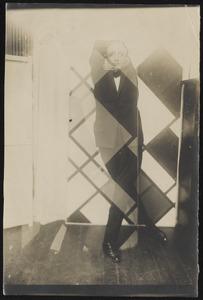 Simultaanportret van Valentin Parnac in zijn dans Epopee met op achtergrond Van Doesburg's Contra-kompositie van dissonante XVI