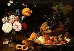 Stilleven met vruchten, een vaas met bloemen, insecten en vlinders