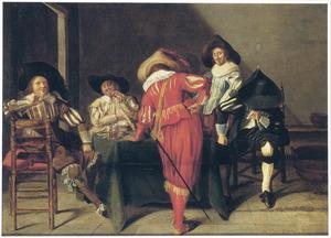 Rokende en drinkende mannen rondom een tafel