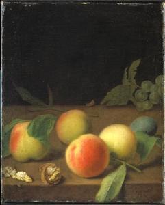 Stilleven met perziken en een half gepelde walnoot