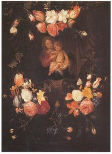 Bloemen rond een voorstelling van Maria met het Christuskind in een gebeeldhouwde cartouche
