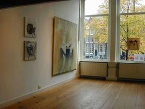 Interieur Galerie Art Singel 100 met aan de wand werk van kunstenaar Alberto Carrera Blecua