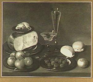 Stilleven van kaas, boter, brood, bord met appels, bord met walnoten en twee glazen