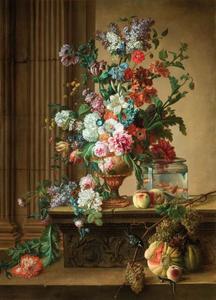 Bloemen in een vaas en een glazen vissekom op een stenen plint met relief