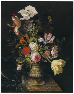 Bloemen in een stenen vaas op een marmeren tafel