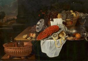 Vruchten, een kreeft op een porseleinen schotel en siervaatwerk op een tafel