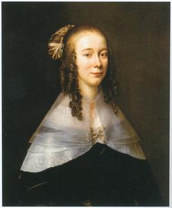 Portret van een jonge vrouw met pijpekrullen aan de slapen