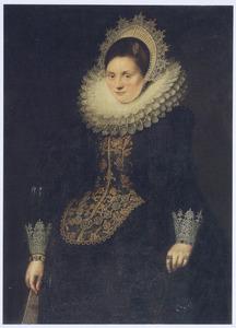 Portret van een vrouw met een waaier in haar rechterhand