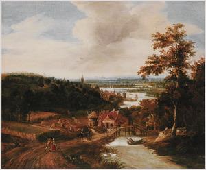 Weids rivierlandschap met reizigers en oogstende boeren bij een brug