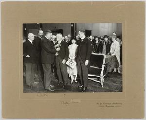 Willy Sluiter spelt in Pulchri Studio  W.B. Tholen de Ridderorde in de Orde van de Nederlandsche Leeuw op. (15 februari 1930)