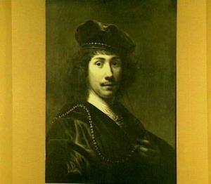 Borststuk van een jonge man met baret en halsketting