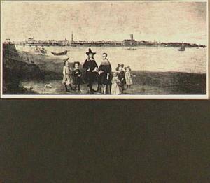 Groepsportret van een familie voor een rivier; op de achtergrond het silhouet van een stad