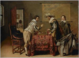 Twee mannen spelen triktrak, een jonge man kijkt toe