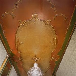 Rococo stucplafond met laat 19de-eeuwse geschilderde decoraties