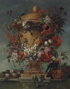 Guirlande van bloemen op een urn met vruchten en papegaai op een plint