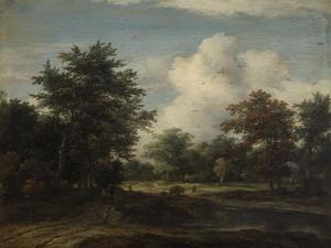Boslandschap met reizigers op een bospad