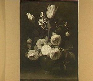 Bloemstilleven van rozen, tulpen en narcissen in een stenen vaas