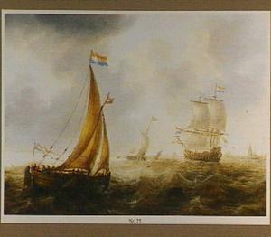 Hollandse zeilschepen op woelig water op de rede van een stad