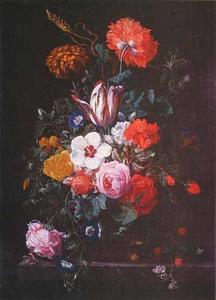 Bloemen in een glazen vaas, met een kever en waterdruppels, op een stenen plint