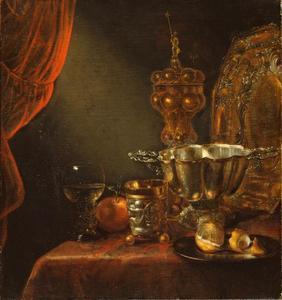 Stilleven met akeleibeker, brandewijnkom en vruchten op een gedekte tafel