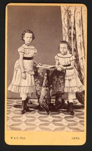 Portret van Henriëtte Constance Guyot (1862-?) en Bertha Hendrika Gezina Guyot (1864-?)