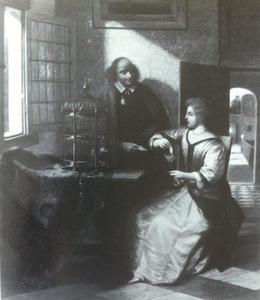 Vrouw aan een tafel en een man die haar een brief overhandigt