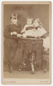 Portret van Rudolf Hendrik Johan Veeren (1876-1917), Maria Isabelle Françoise Veeren (1878-1954) en Elisabeth Catharina Maria Veeren (1882-1918)