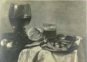 Stilleven met haring, uien, brood, mes en drinkglazen