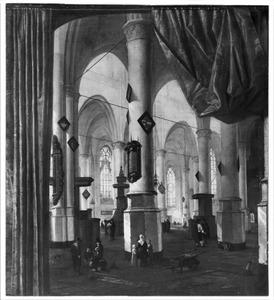 Gezicht in een kerk met aan beide zijden een trompe-l'oeil geschilderd gordijn