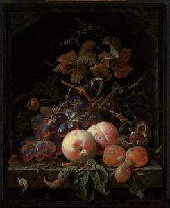 Stilleven van perziken, abrikozen, druiven en andere vruchten in een nis