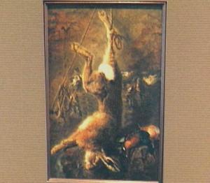 Opgehangen haas en mand met gevogelte