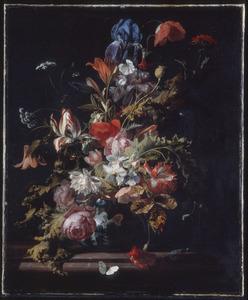 Bloemen in een porseleinen vaas op een marmeren blad
