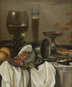 Stilleven met glaswerk, porseleinen schaaltje met aardbeitjes, moot vis, noten en brood