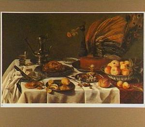 Stilleven met een pauwenpastei, een tinnen bord met gebraden gevogelte en tinnen borden met zoetigheid en citroenen