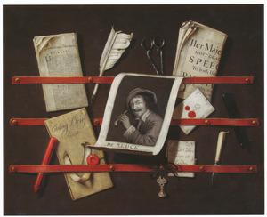Trompe l'oeil van een brievenbord met een prent met een pijproker, kranten en schrijfgerei