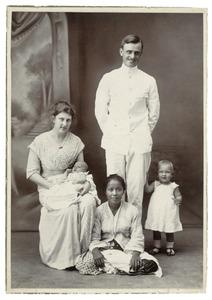 Portret van Jan Dirk Daniël van Drumpt (1886-1944), Maria Mathilde Rappard (?-?),  kinderen en bediende