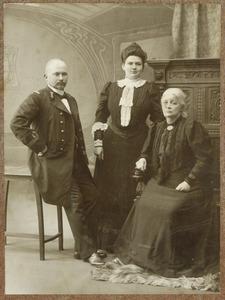 Portret van Dorothea Wilhelmina Beukman van der Wijck (1841-1917), Johannes Hendrik Otto graaf van den Bosch (1869-1940) en Jeanne Françoise Marie Rijnen (1879-1915)