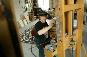 Philip Akkerman werkend in zijn atelier