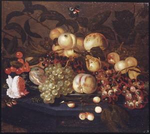 Stilleven van vruchten op een schaal met een roos ernaast