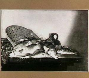 Zoetwatervis op een tafel, met netten, een vergiet en