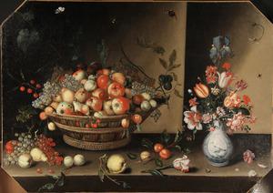 Stilleven met een mand met vruchten en vaas bloemen