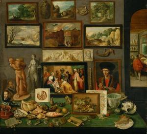 Kunstverzameling met schilderijen, beelden en schelpen