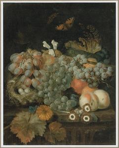 Stilleven van vruchten, een vogelnestje en een vlinder op een stenen rand
