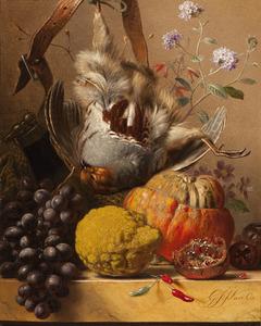 Stilleven met patrijs op plint, omgeven door bloemen, vruchten en jachtgerei