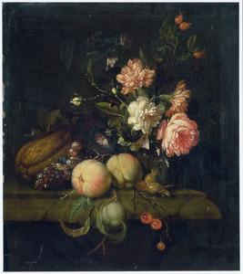 Vruchten en een vaas bloemen op een stenen tafel