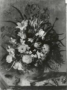 Bloemen in een vaas, met schelpen, insecten, een kikker en hagedissen, op een stenen plint