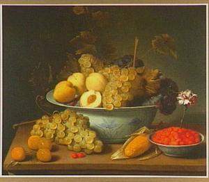 Stilleven van porseleinen schaal met druiven en perziken, op de voorgrond abrikozen en een klein schaaltje met aardbeien waar een anjer in is gestoken